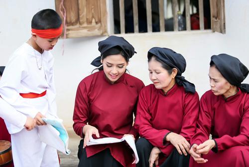 Nguyễn Thị Loan mặc áo dài hát Xoan - 5