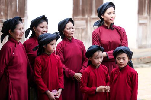 Nguyễn Thị Loan mặc áo dài hát Xoan - 8