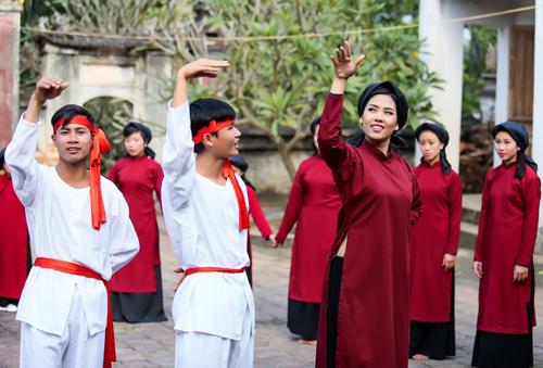 Nguyễn Thị Loan mặc áo dài hát Xoan - 7