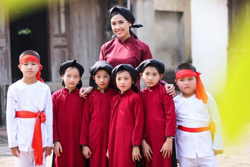 Nguyễn Thị Loan mặc áo dài hát Xoan - 9
