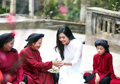 Nguyễn Thị Loan mặc áo dài hát Xoan - 10