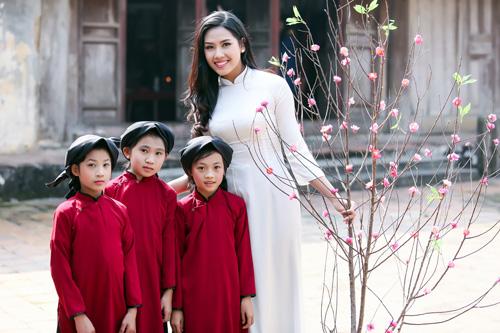 Nguyễn Thị Loan mặc áo dài hát Xoan - 11