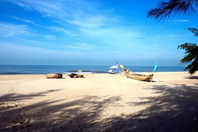 Biển Hồ Cốc thuộc tỉnh Bà Rịa - Vũng Tàu, Việt Nam. Khi đến nơi đây, du khách có thể tham gia khám phá các tour du lịch xuyên qua khu rừng nhiệt đới rộng chừng 11000 hecta, hay trải nghiệm môn thể thao lặn ngắm nhìn các rặng san hô nhiệt đới, hoặc chỉ đơn giản là thưởng thức cảnh biển hoang sơ vào những ngày cuối tuần.