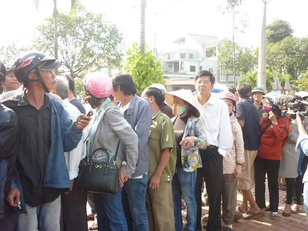Người dân rơi nước mắt khi nghe tin ông Nguyễn Bá Thanh mất - 2