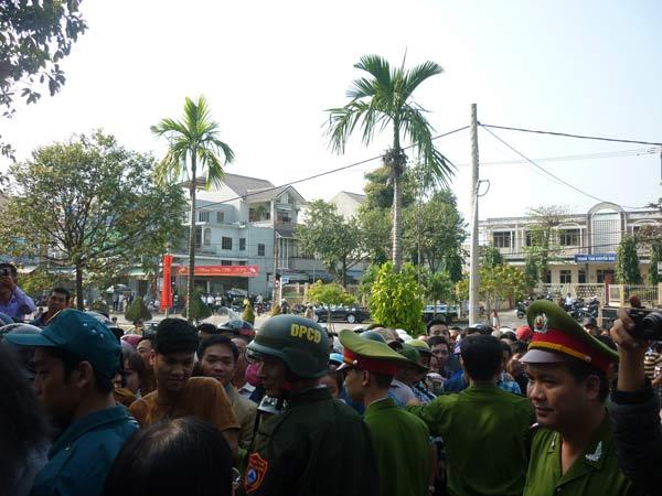 Người dân rơi nước mắt khi nghe tin ông Nguyễn Bá Thanh mất - 4