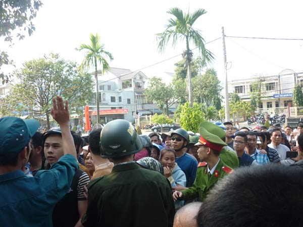 Người dân rơi nước mắt khi nghe tin ông Nguyễn Bá Thanh mất - 3