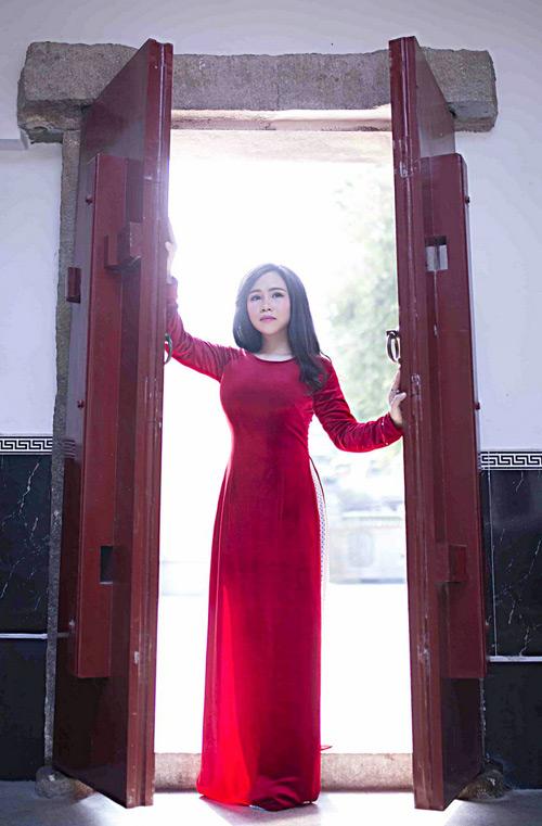 """Nữ diễn viên """"lùn nhất Vbiz"""" gợi cảm trong tà áo dài đón Xuân - 2"""