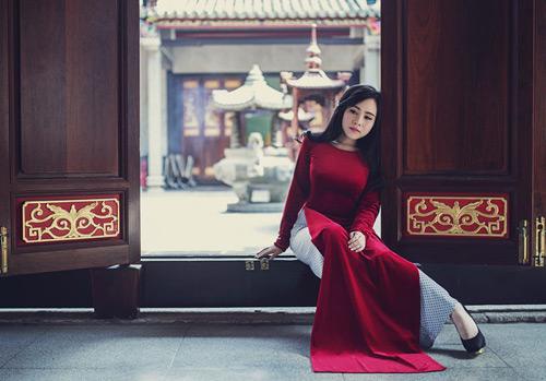 """Nữ diễn viên """"lùn nhất Vbiz"""" gợi cảm trong tà áo dài đón Xuân - 3"""