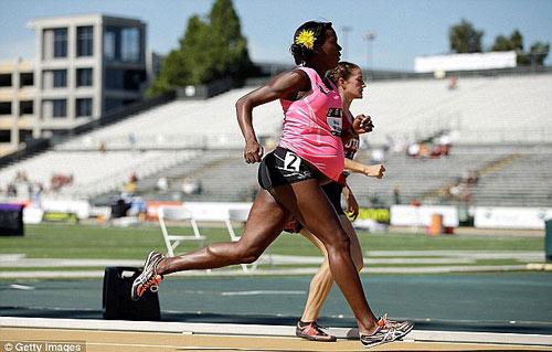 Sốc với bà bầu 8 tháng vẫn thi chạy 800m - 1