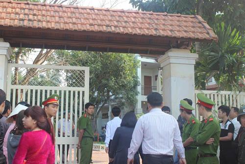 Người dân rơi nước mắt khi nghe tin ông Nguyễn Bá Thanh mất - 7