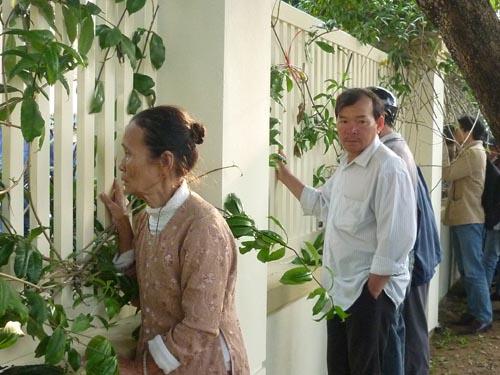 Người dân rơi nước mắt khi nghe tin ông Nguyễn Bá Thanh mất - 10