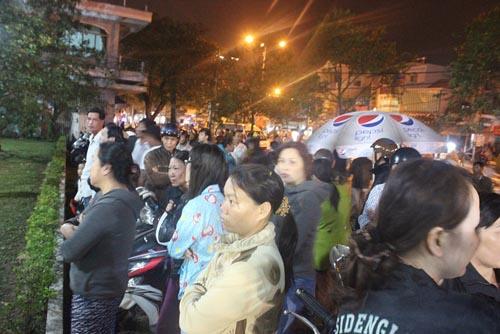 Hàng trăm người chờ viếng ông Bá Thanh trong đêm - 2