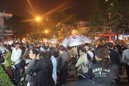 Hàng trăm người chờ viếng ông Bá Thanh trong đêm - 5