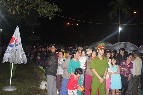 Hàng trăm người chờ viếng ông Bá Thanh trong đêm - 4