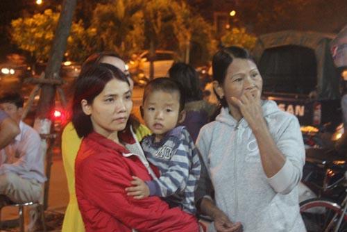 Hàng trăm người chờ viếng ông Bá Thanh trong đêm - 6