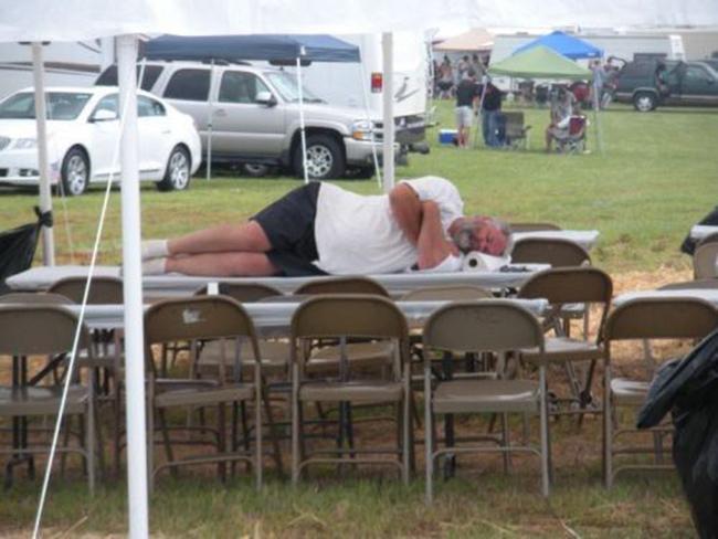 Hình ảnh khó đỡ của những người say xỉn - 9