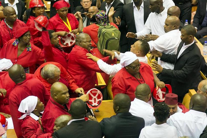 Nghị sĩ Nam Phi đánh nhau với cảnh sát trong nghị trường - 2