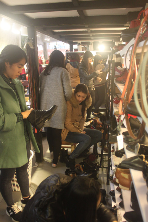 HN: Shop thời trang lưa thưa khách mua ngày cận tết - 9