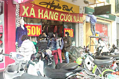 HN: Shop thời trang lưa thưa khách mua ngày cận tết - 10