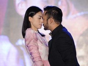 Ngô Thanh Vân chạm môi người yêu tin đồn trên sân khấu
