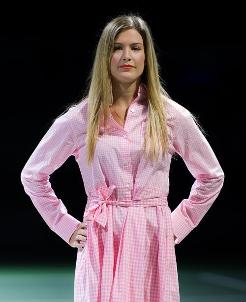 Bouchard rạng rỡ như siêu mẫu trên sàn catwalk - 3