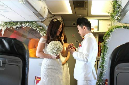 Cặp đôi đồng tính nữ tổ chức đám cưới trên máy bay - 1