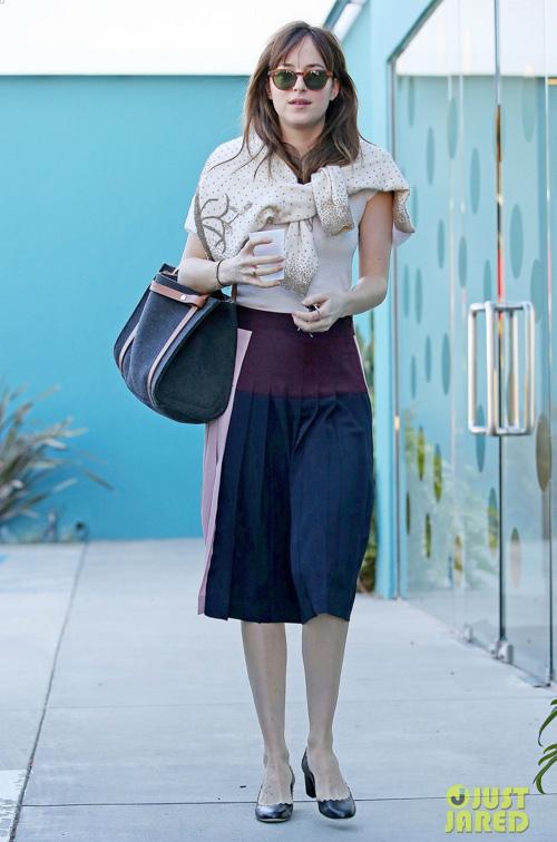 """2 phong cách đối lập của mỹ nữ phim """"50 sắc thái"""" - 12"""