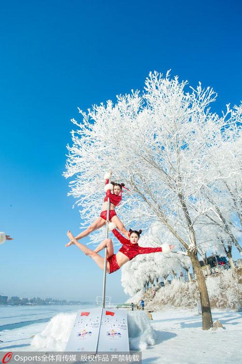 Mỹ nữ mặc quần ngắn múa cột giữa tuyết trắng - 5