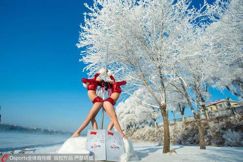 Mỹ nữ mặc quần ngắn múa cột giữa tuyết trắng - 1