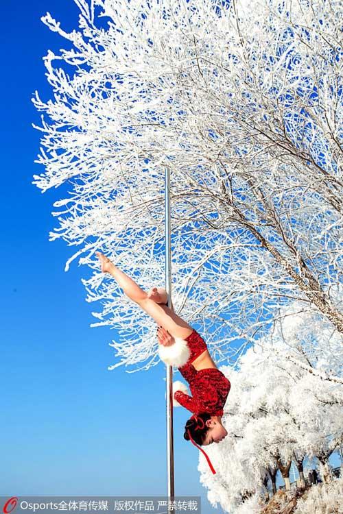 Mỹ nữ mặc quần ngắn múa cột giữa tuyết trắng - 4