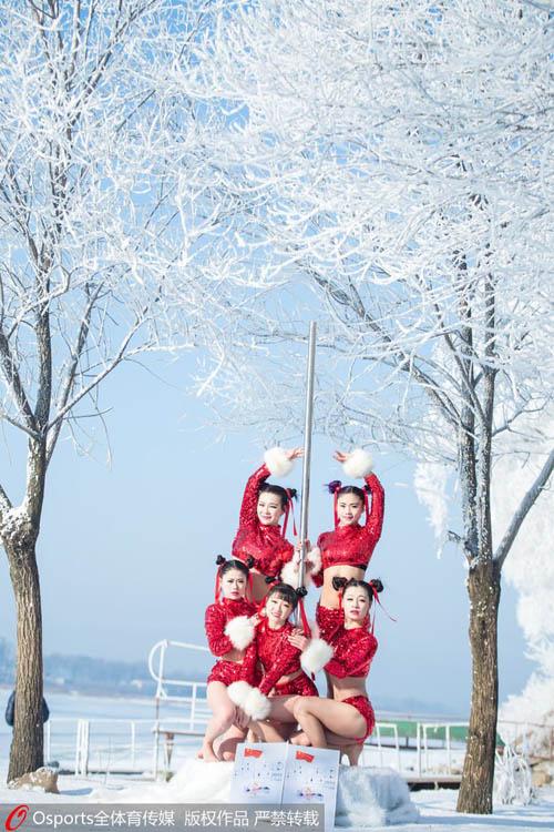 Mỹ nữ mặc quần ngắn múa cột giữa tuyết trắng - 3