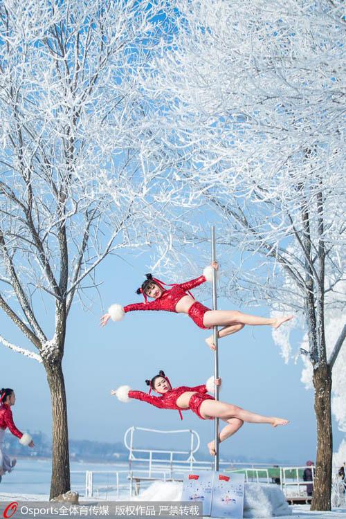 Mỹ nữ mặc quần ngắn múa cột giữa tuyết trắng - 2