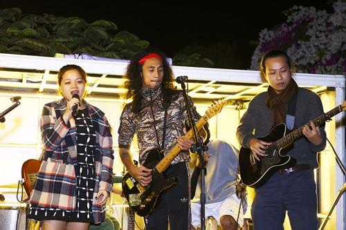 Vợ con theo sát Anh Khoa trong show đường trường - 8