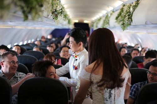 Cặp đôi đồng tính nữ tổ chức đám cưới trên máy bay - 2
