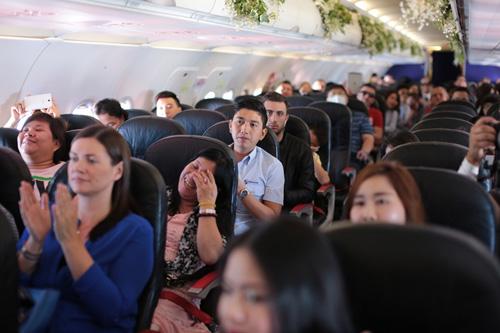 Cặp đôi đồng tính nữ tổ chức đám cưới trên máy bay - 4