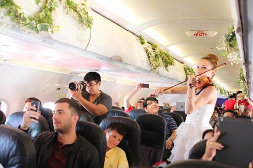 Cặp đôi đồng tính nữ tổ chức đám cưới trên máy bay - 3