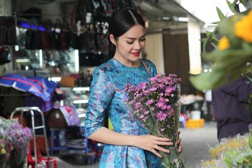 Theo chân Dương Cẩm Lynh đi chợ sắm Tết - 1