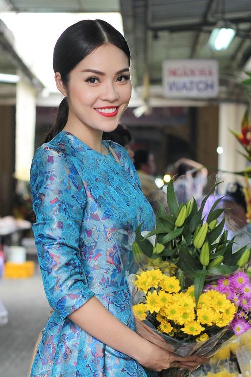 Theo chân Dương Cẩm Lynh đi chợ sắm Tết - 3