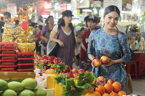 Theo chân Dương Cẩm Lynh đi chợ sắm Tết - 7