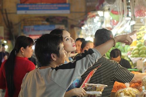 Theo chân Dương Cẩm Lynh đi chợ sắm Tết - 11