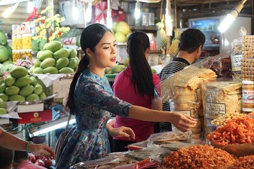Theo chân Dương Cẩm Lynh đi chợ sắm Tết - 9