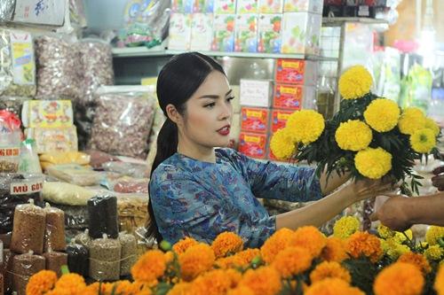 Theo chân Dương Cẩm Lynh đi chợ sắm Tết - 4