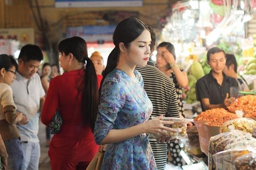 Theo chân Dương Cẩm Lynh đi chợ sắm Tết - 10