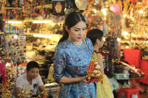 Theo chân Dương Cẩm Lynh đi chợ sắm Tết - 8