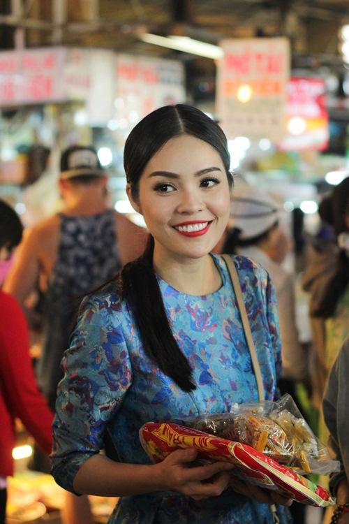 Theo chân Dương Cẩm Lynh đi chợ sắm Tết - 12