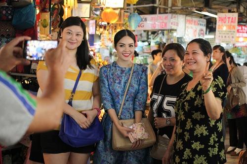 Theo chân Dương Cẩm Lynh đi chợ sắm Tết - 13