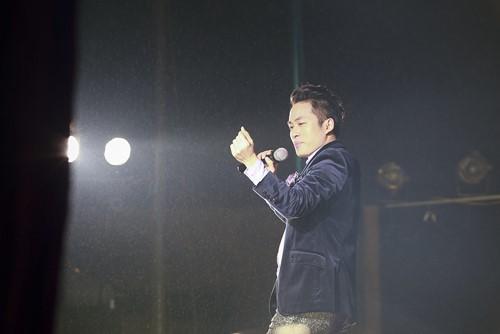 Tùng Dương hát dưới mưa trước 200 công nhân - 4