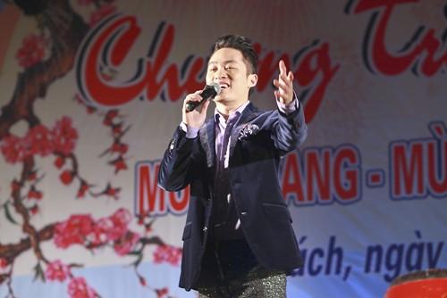 Tùng Dương hát dưới mưa trước 200 công nhân - 1