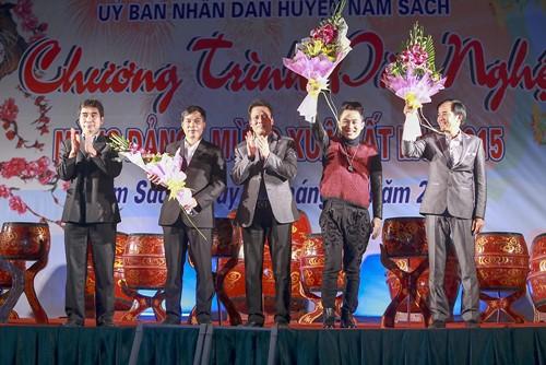 Tùng Dương hát dưới mưa trước 200 công nhân - 8