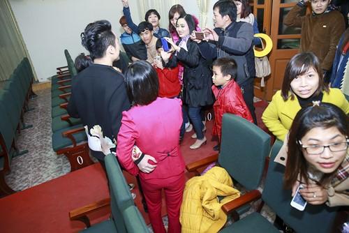Tùng Dương hát dưới mưa trước 200 công nhân - 9